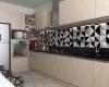 cozinha moderna com azulejo geométrico e tons cinza, preto e madeira