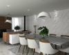 sala de jantar com tons claros piso em mármore e mesa de vidro