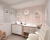 quarto de bebê com papel de parede cor de rosa