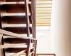 escada de madeira com clarabóia