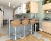 cozinha americana com moveis em cores