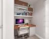 escritório com marcenaria com tons claros e madeira