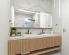 banheiro do casal com marmore e bancada em madeira