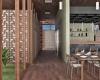 vista interna do restaurante com piso em madeira e bar com revestimento da castelatto