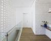 vista do corredor com elementos em cobogo e revestimento portobello