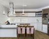 vista da cozinha destaque para o piso vinilico e para os tons branco e prateados
