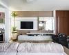 sala de estar com moveis claros e painel mdf