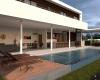 casa contemporanea em jundiai vista da piscina e da area de deck de madeira